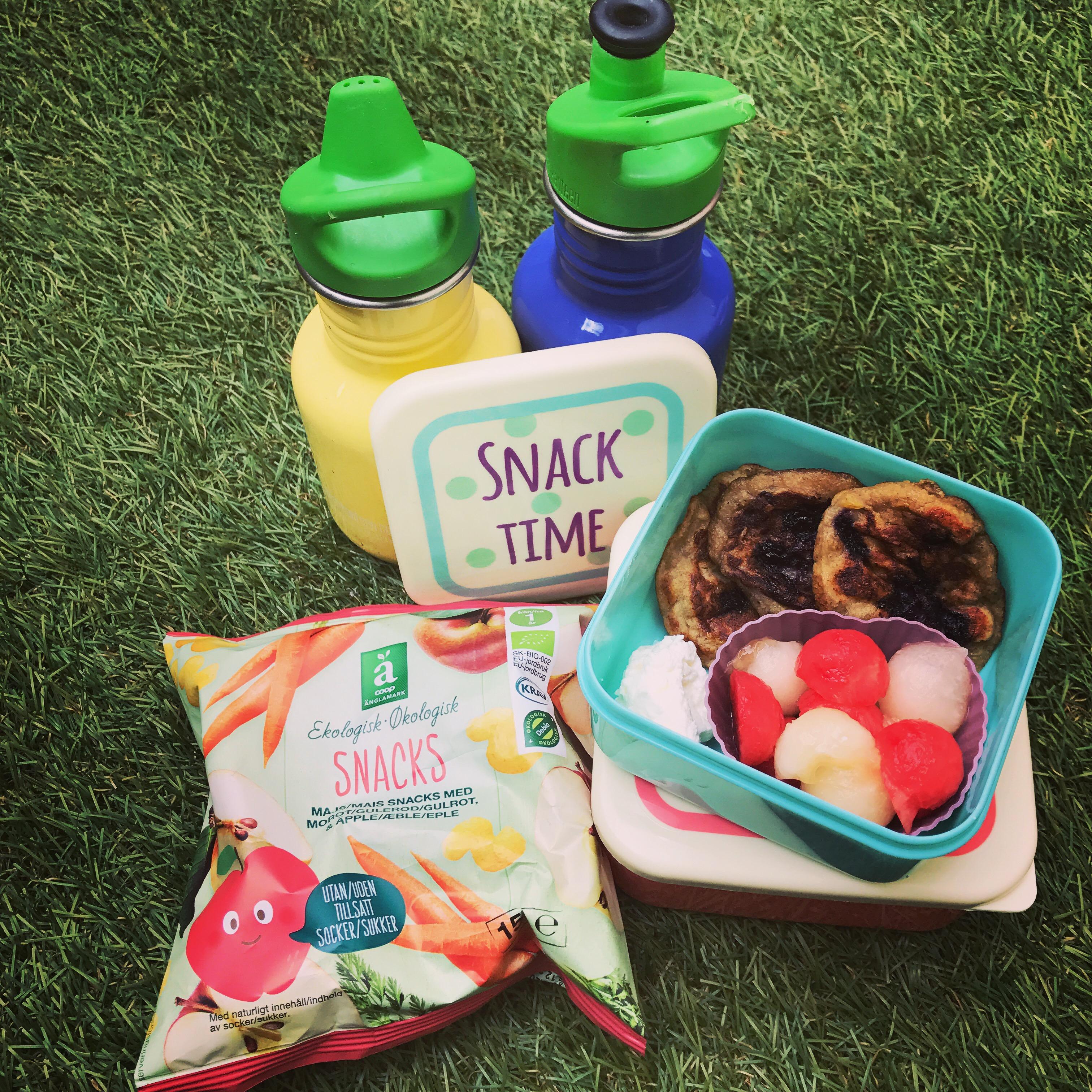 Picknick med banan- och blåbärsplättar